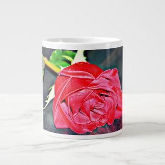 Caneca De Café Grande Rosa vermelha no copo de café preto
