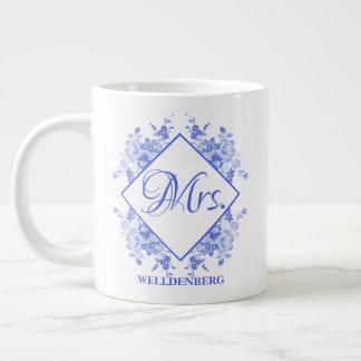 Caneca De Café Grande Sra. floral azul do monograma da caligrafia da