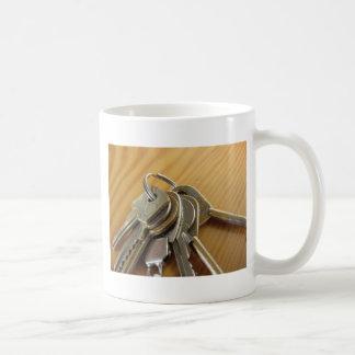 Caneca De Café Grupo de chaves gastas da casa na mesa de madeira