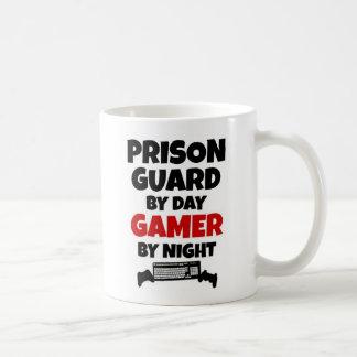 Caneca De Café Guarda de prisão pelo Gamer do dia em a noite