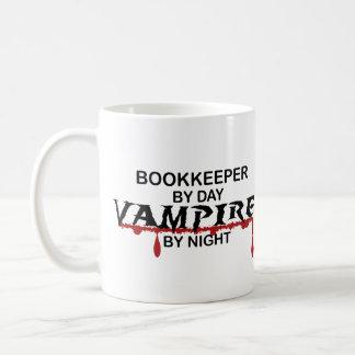 Caneca De Café Guarda-livros em o dia, vampiro em a noite