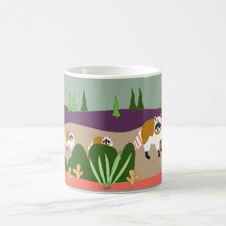 Caneca De Café Guaxinim e bebês na floresta alta do deserto