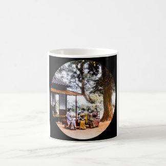 Caneca De Café Gueixa que visita fora de uma casa de chá em Japão