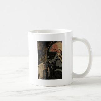 Caneca De Café Homem com máscara protetora na placa de metal