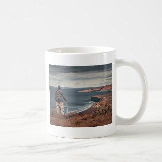 Caneca De Café Homem em elevações que contempla a paisagem