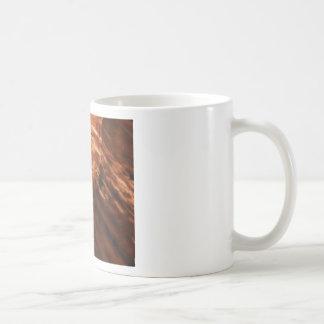 Caneca De Café inchando a rocha vermelha