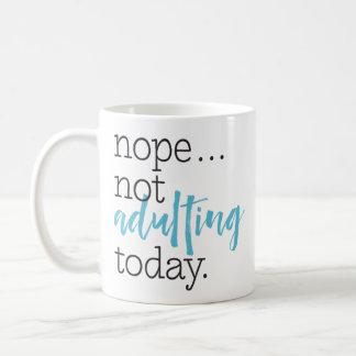 """Caneca De Café """"Indicação engraçada não de Adulting hoje"""""""