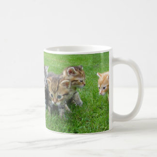 Caneca de café inocente bonito dos gatinhos