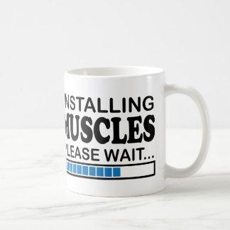 Caneca De Café Instalando os músculos, espere por favor o azul
