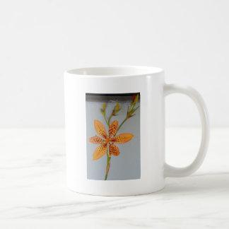 Caneca De Café Íris manchada laranja chamada um lírio de