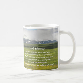 Caneca de café irlandesa da foto do vale verde da