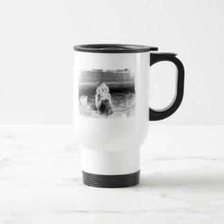 Caneca de café isolada praia