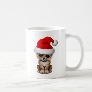 Caneca De Café Leopardo bonito Cub que veste um chapéu do papai