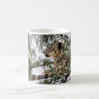 Caneca De Café Leopardo de neve sob Bush nevado