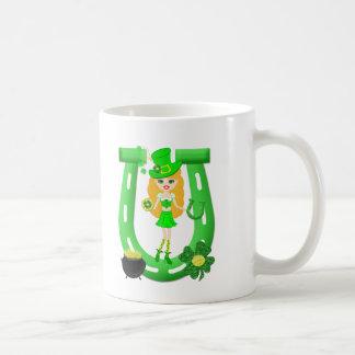 Caneca De Café Leprechaun louro da menina do Dia de São Patrício