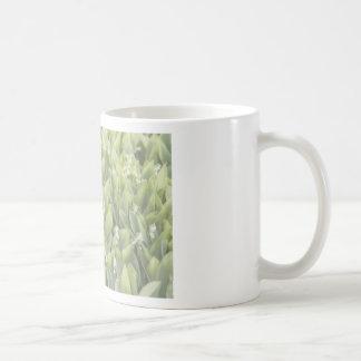 Caneca De Café Lírio do remendo da flor do vale na névoa