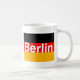 Caneca De Café Logotipo de Berlim no branco na bandeira alemão