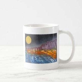 Caneca De Café Lua amarela sobre a paisagem metamórfica