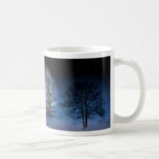 Caneca De Café Lua cheia entre as copas de árvore