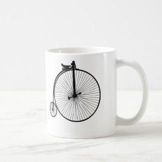 Caneca de café mais distante da bicicleta da moeda