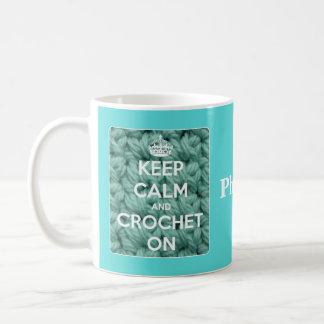 Caneca De Café Mantenha a calma e Crochet no azul