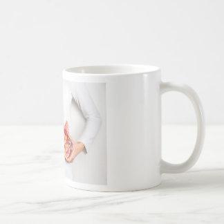 Caneca De Café Mãos que guardaram o modelo do órgão humano do rim