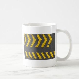 Caneca De Café Marcação de estrada amarela afligida Grunge