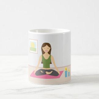 Caneca De Café Menina bonito que faz a ioga em uma sala bonito