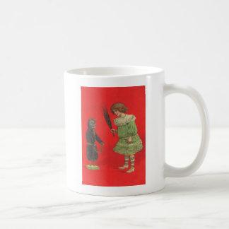 Caneca De Café Menina que joga com boneca de Krampus