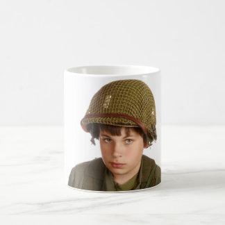 Caneca De Café Menino novo vestido como um soldado