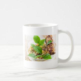 Caneca De Café Mistura seca de muesli e de cereal em uma bacia de