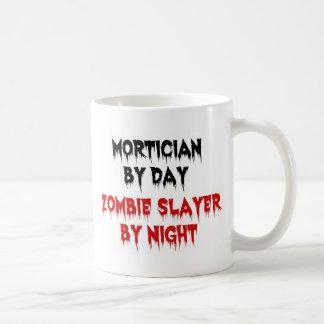 Caneca De Café Mortician pelo assassino do zombi do dia em a