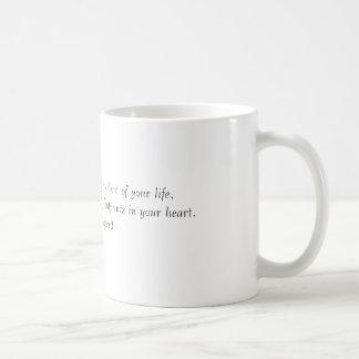 Caneca De Café Muitas pessoas andarão dentro e fora de sua vida,…