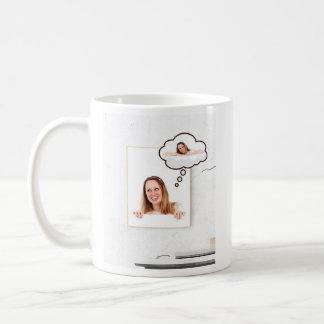 Caneca De Café Mulher loura no conselho branco que pensa sobre si