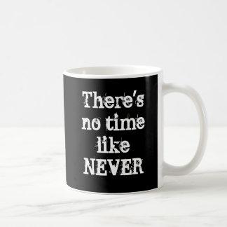 """Caneca De Café """"Não há nenhuma hora como nunca"""" agride"""