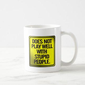 Caneca De Café Não joga bem com pessoas estúpidas
