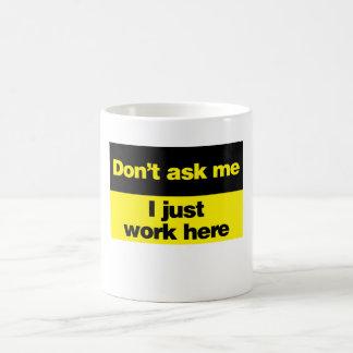 Caneca De Café Não me pergunte que eu apenas trabalho aqui