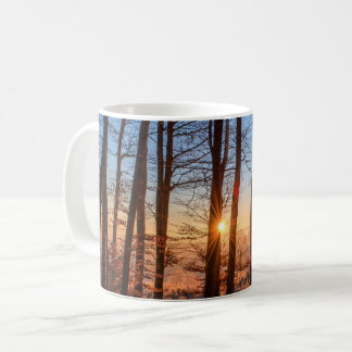 Caneca De Café Nascer do sol bonito que espreita através das