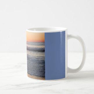 Caneca De Café nascer do sol no oceano