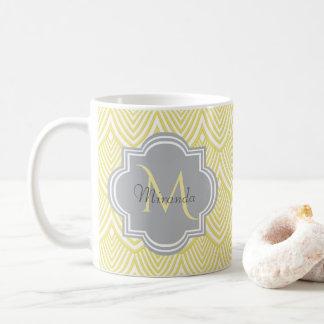 Caneca De Café Nome cinzento do monograma dos Scallops amarelos