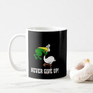 Caneca De Café Nunca dê acima o pelicano e o sapo