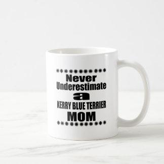 Caneca De Café Nunca subestime a mamã de TERRIER de AZUL de KERRY