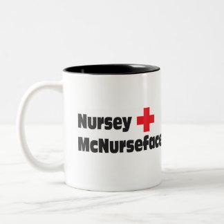 Caneca de café Nursey da enfermeira McNurseface