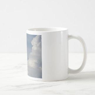 Caneca De Café Nuvens brancas macias contra o fundo do céu azul