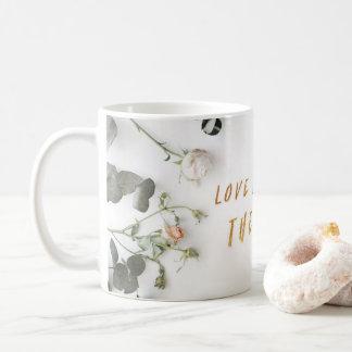 Caneca De Café O amor acredita o melhor, rosas secados