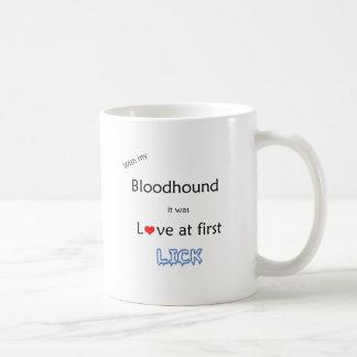 Caneca De Café O amor do Bloodhound no início lambe
