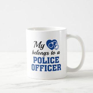 Caneca De Café O coração pertence agente da polícia