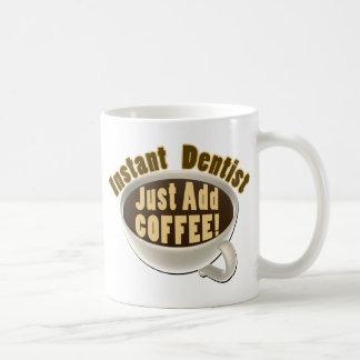 Caneca De Café O dentista imediato apenas adiciona o café
