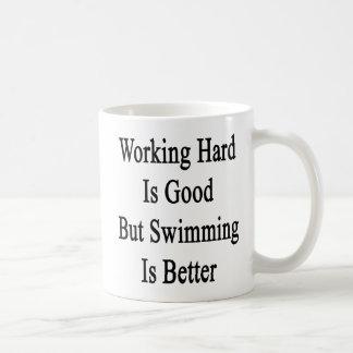 Caneca De Café O duro de trabalho é bom mas a natação é melhor