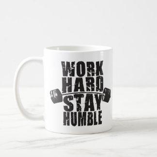 Caneca De Café O duro do trabalho, permanece humilde - exercício